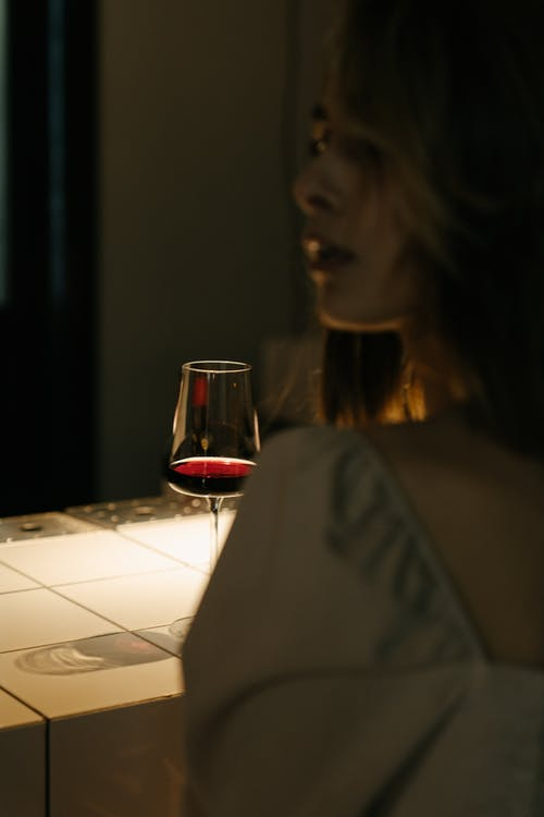 Vrouw Die In Wit Overhemd Duidelijk Drinkglas Houdt