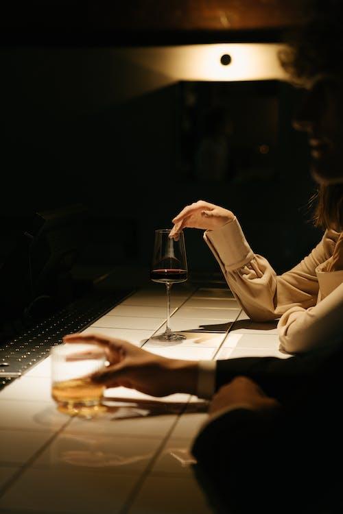 Vrouw In Wit Shirt Met Lange Mouwen Met Helder Drinkglas