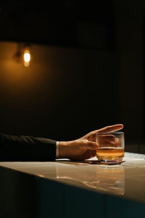 Pessoa Despejando Líquido Marrom No Copo De Bebida Transparente