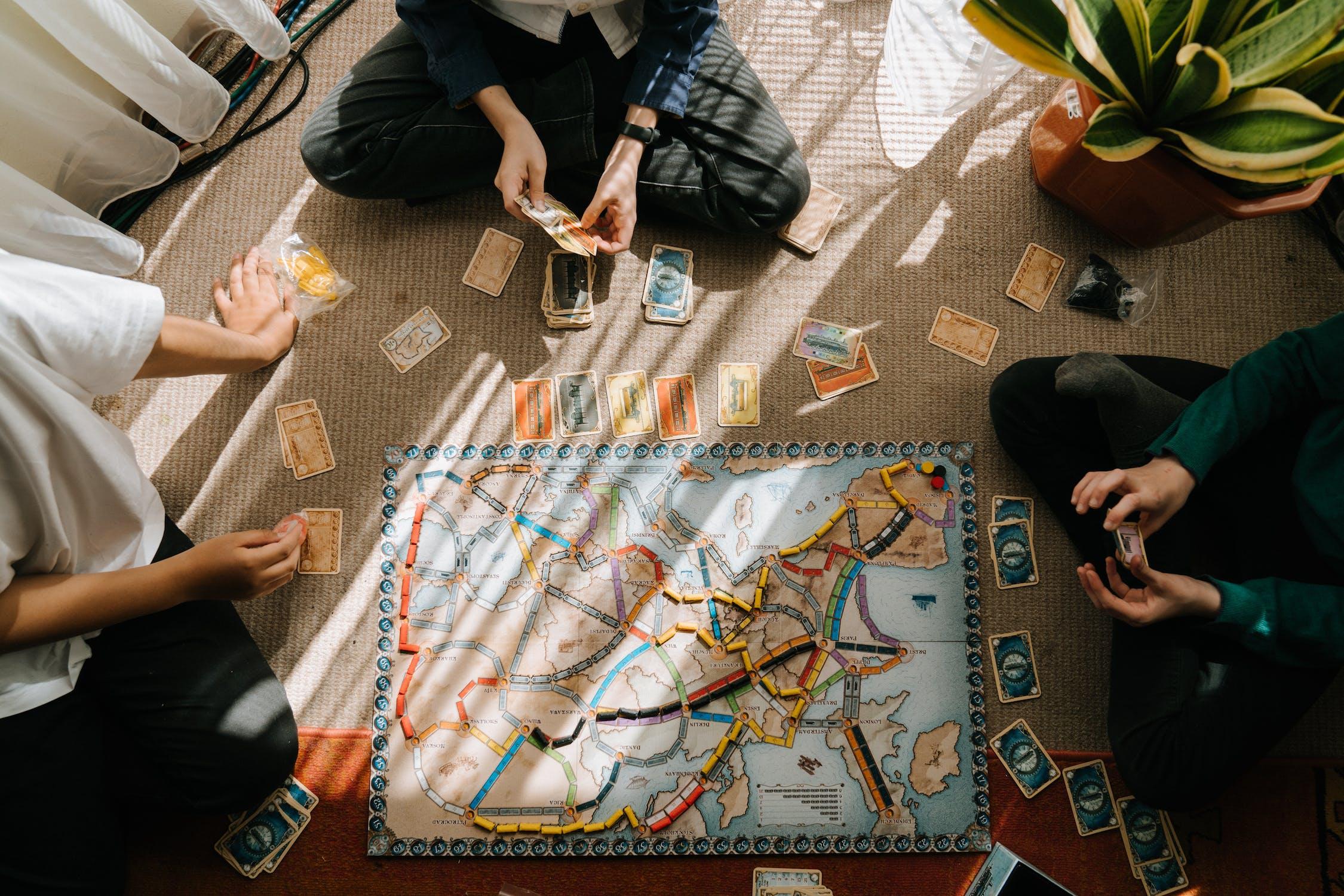 Desková hra Ticket to Ride s dobou hraní okolo 1h
