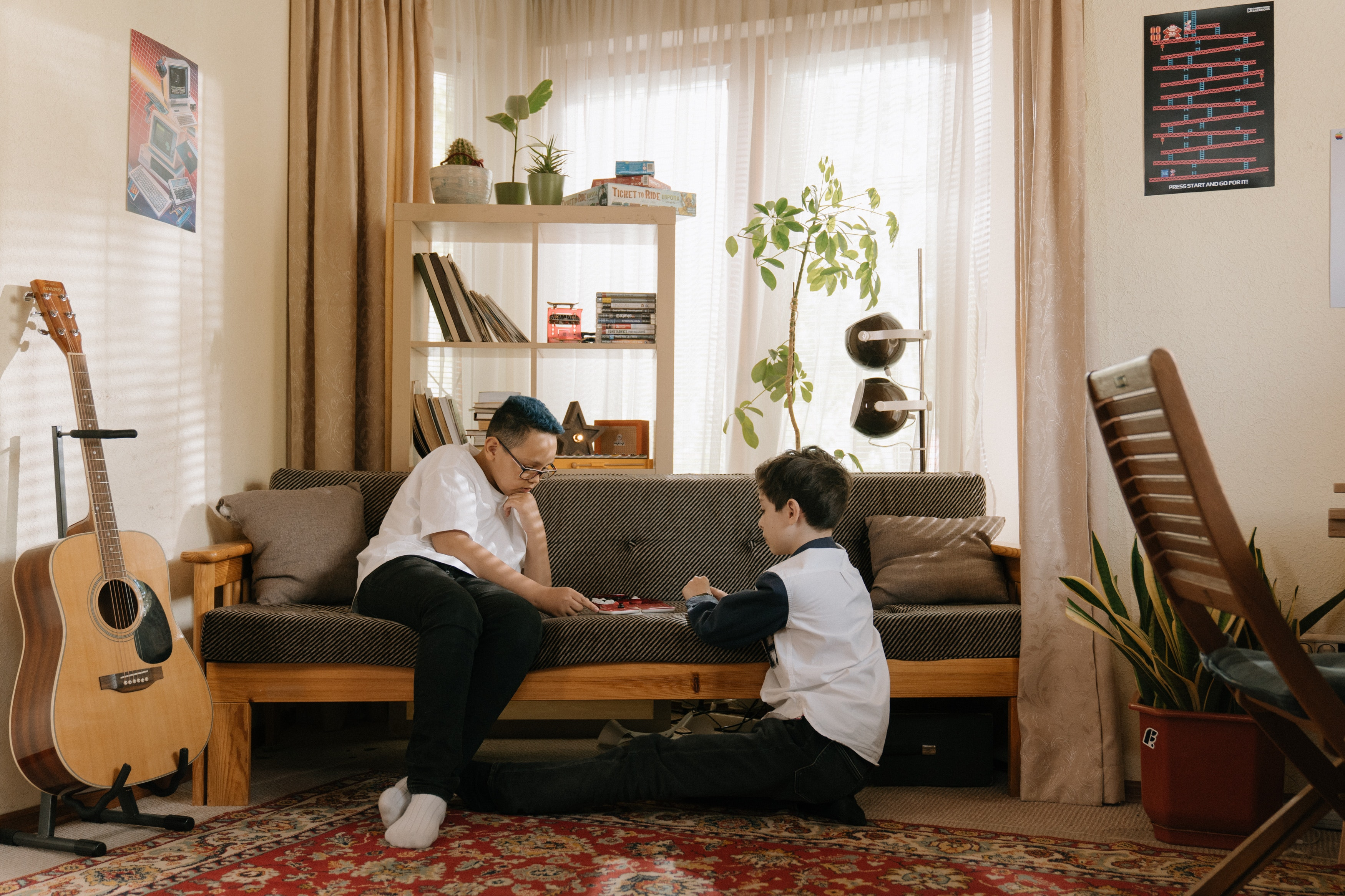 Two children at home playing. | Photo: Pexels