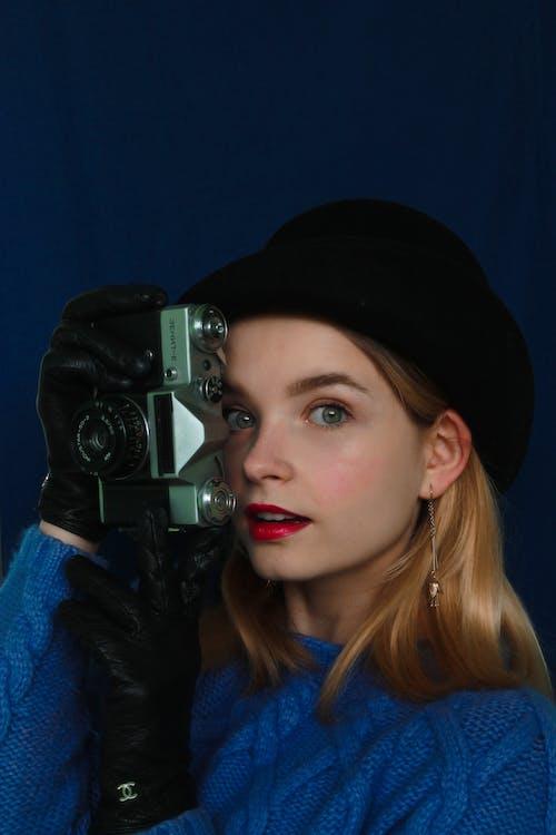 Jonge Vrouw Met Retro Camera