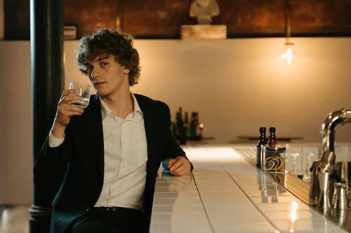 Man In Zwarte Blazer Drinken Uit Helder Drinkglas
