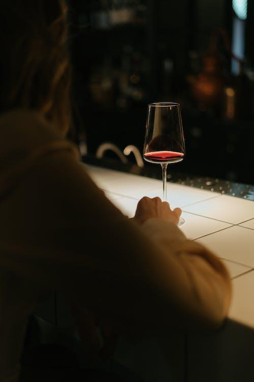 Vrouw Met Helder Wijnglas
