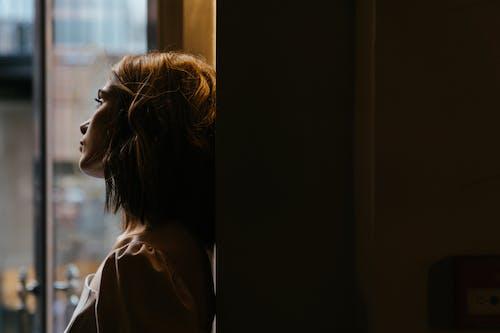 Frau Im Weißen Hemd, Das Aus Dem Fenster Schaut