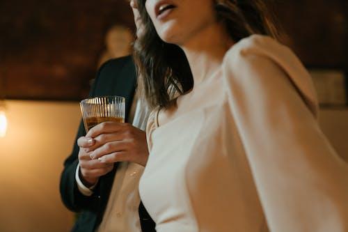 Vrouw In Wit Shirt Met Lange Mouwen Bedrijf Drinkglas