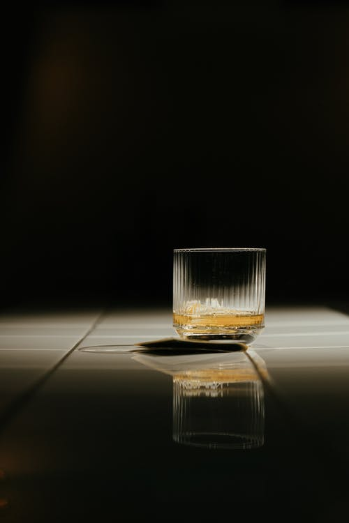 Vaso De Chupito Transparente Con Líquido Amarillo