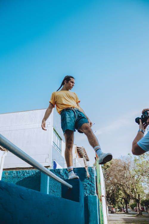 Gratis stockfoto met balans, blauwe lucht, blauwe shorts, buiten