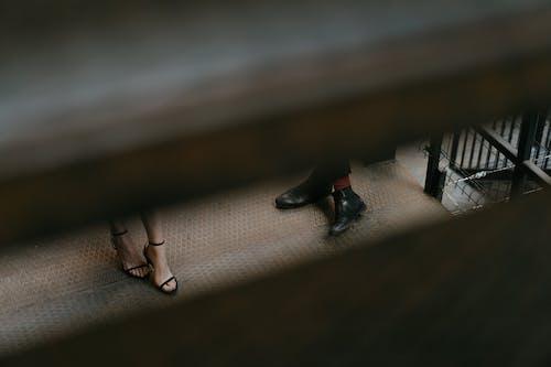 Donna In Scarpe Col Tacco Aperte In Pelle Nera