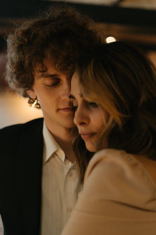 Mann Im Schwarzen Anzug, Der Frau Im Weißen Hemd Küsst