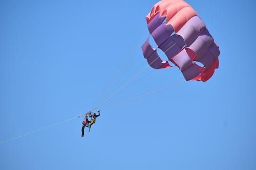 Photos gratuites de dans l'air, euphorie, faire du parachute