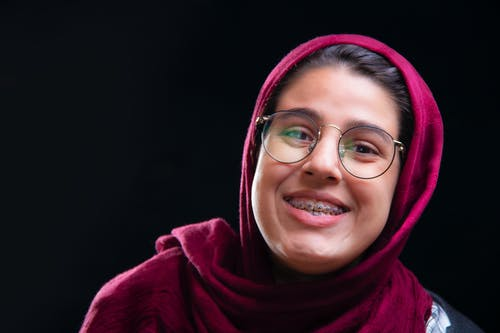 คลังภาพถ่ายฟรี ของ มีความสุข, ฮิญาบ, แว่นตาผู้หญิง
