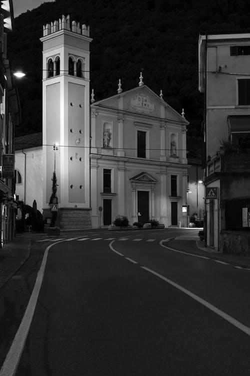 Immagine gratuita di chiesa, di notte, edificio della chiesa, lampioni