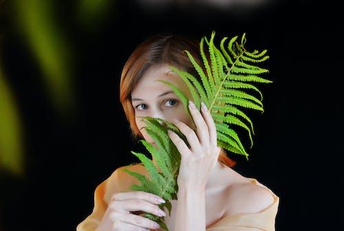 Immagine gratuita di alla ricerca, donna, espressione facciale, felce