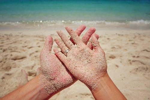 Gratis lagerfoto af kezek, nyaralás, szerelem, tengerpart