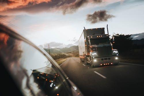 Immagine gratuita di camion, camion carico, di notte