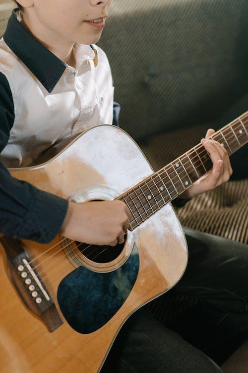 Immagine gratuita di artista, bambino, chitarra acustica