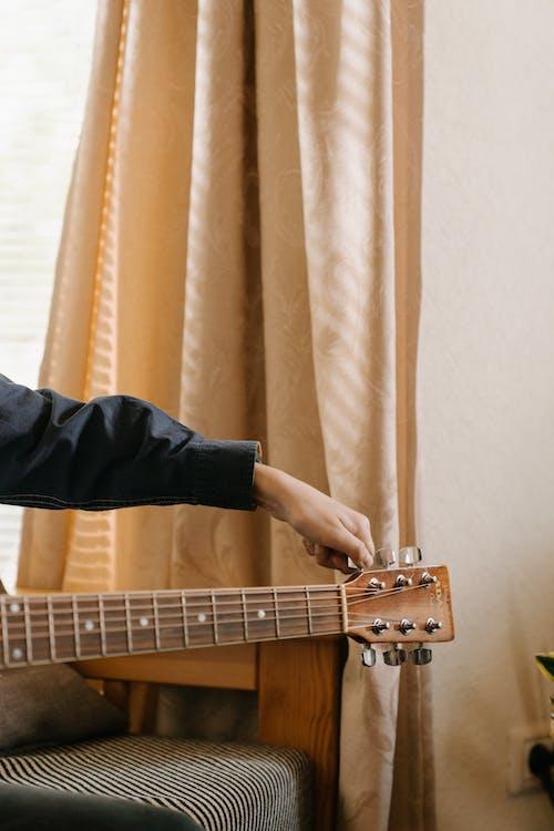 Gratis stockfoto met akoestische gitaar, anoniem, artiest