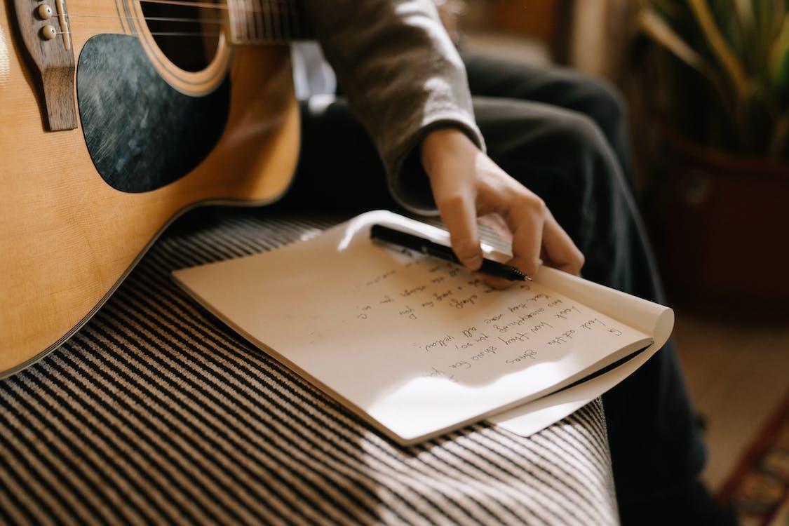 Бесплатное стоковое фото с автор песен, аккорд, аккорды
