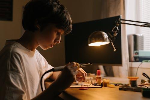 Gratis stockfoto met bouwkunde, circuit, computer hardware, een persoon