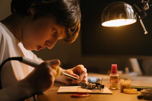 Foto profissional grátis de consertando, eletrônico, eletrônicos