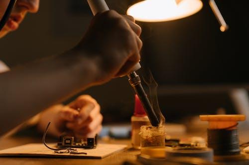 Foto profissional grátis de close, consertando, eletrônico