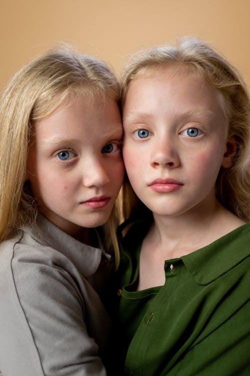 Mädchen Im Grünen Hemd Neben Mädchen Im Grauen Kapuzenpulli