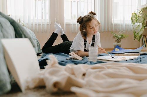 Бесплатное стоковое фото с артист, ботан, в помещении, девочка