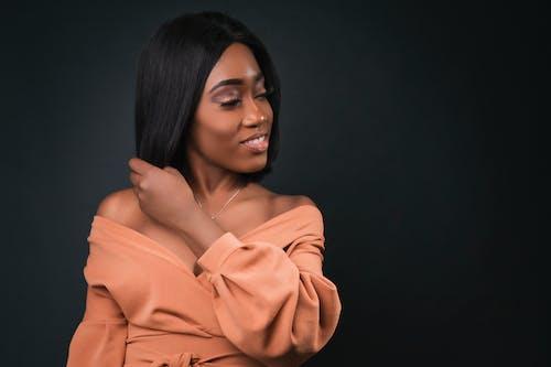 Základová fotografie zdarma na téma 20-25 letá žena, afroameričanka, afroamerické ženy, černé pozadí