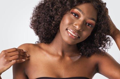 Kostnadsfri bild av 20-25 år gammal kvinna, afrikansk amerikan kvinna, afro, afroamerikanska kvinnor
