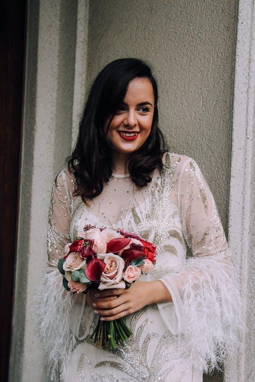 Gratis arkivbilde med aftenkjole, blomsterbukett, brud