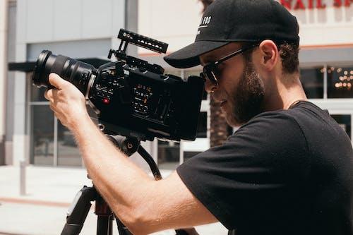 açık, adam, aksiyon, alıcı yönetmeni içeren Ücretsiz stok fotoğraf