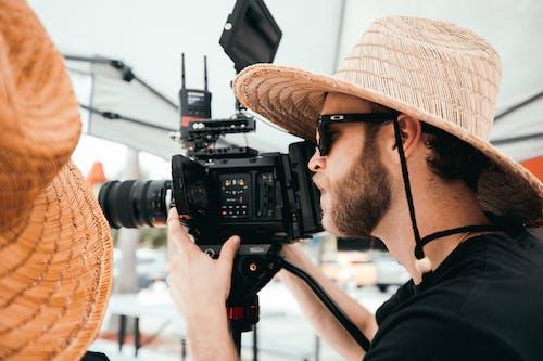 açık, açık hava, adam, alıcı yönetmeni içeren Ücretsiz stok fotoğraf