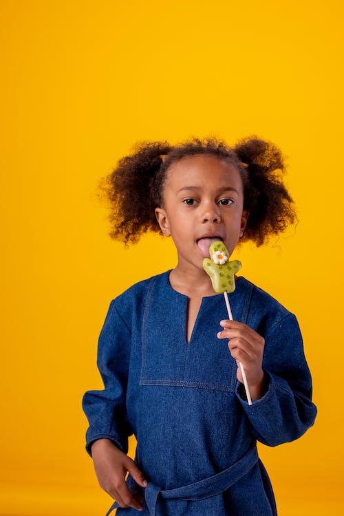Mulher Com Suéter Azul Segurando Uma Flor Amarela