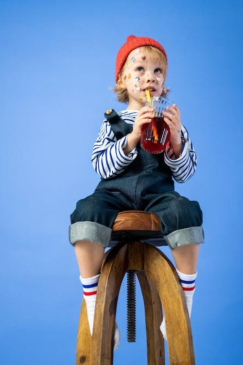 Fotobanka sbezplatnými fotkami na tému barová stolička, batoľa, blondína, červený klobúk