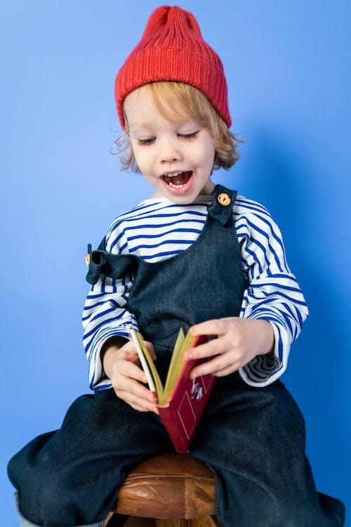 Junge Im Schwarz Weiß Gestreiften Langarmhemd Und Im Roten Hut
