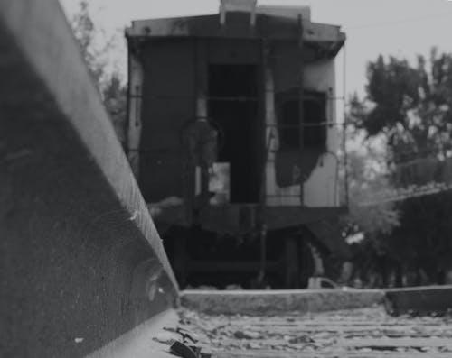 Foto stok gratis hitam dan putih, jalur, kereta api, melatih