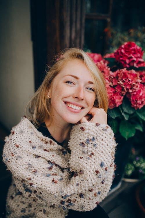 Lachende Vrouw In Wit En Zwart Bloemen Shirt Met Lange Mouwen
