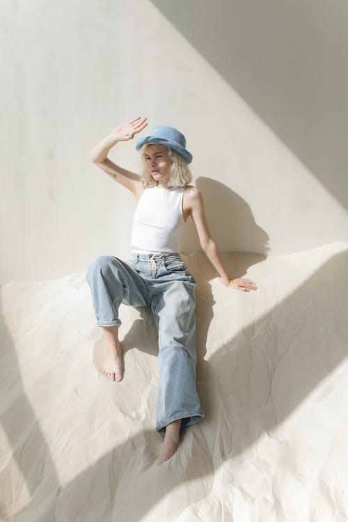Gratis stockfoto met blauwe pet, blond haar, blonde haren, blondine