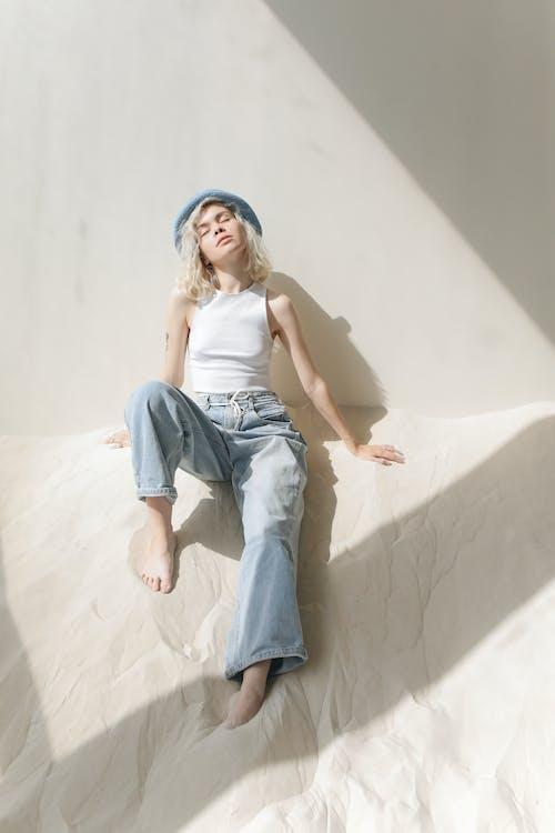 Gratis lagerfoto af afslappet, blå hue, blond hår, blondine