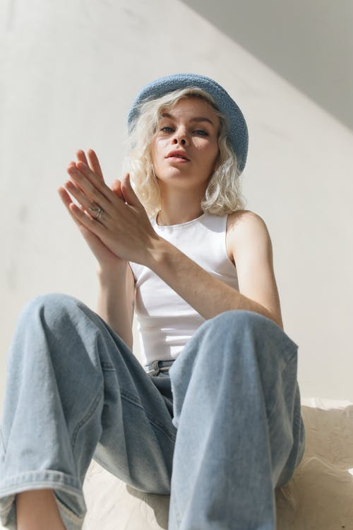 Kostnadsfri bild av attityd, blå keps, blond, denimjeans