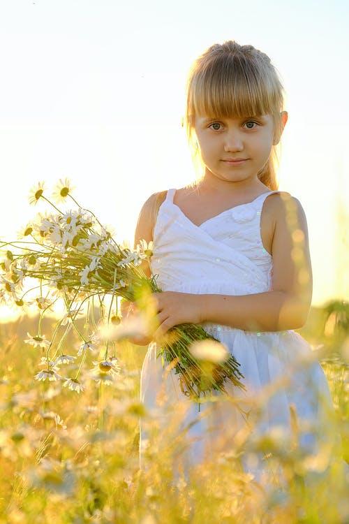 Photos gratuites de adorable, arrière-plan flou, blond, bonheur