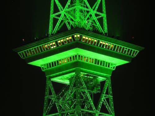 Ilmainen kuvapankkikuva tunnisteilla hirret, neonvalo, neonvihreä, radiomasto