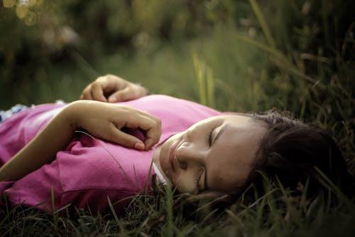 Photos gratuites de clairière, dehors, dormir, femelle