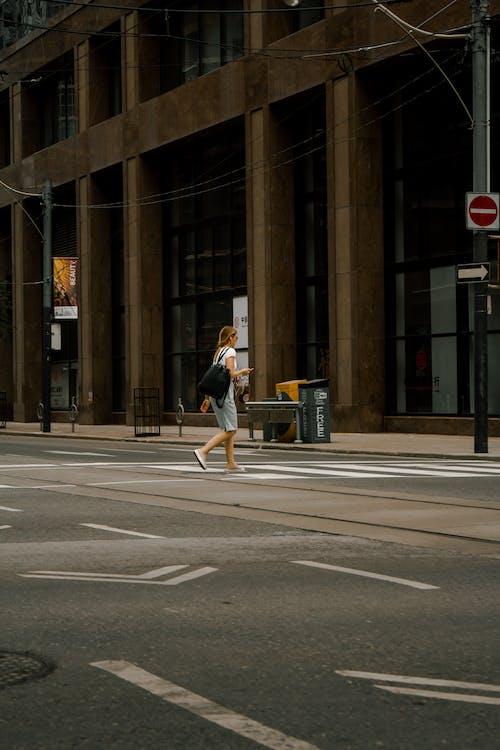 Foto stok gratis berjalan, kaum wanita, kota, penyeberangan