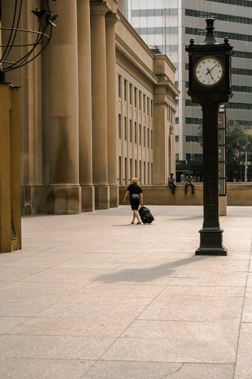 Foto stok gratis bangunan, berjalan, gedung, koper