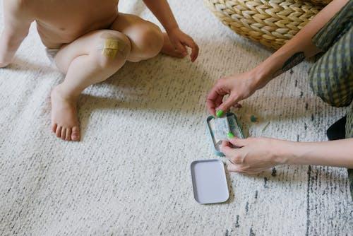 Gratis arkivbilde med avslapping, baby, barbeint, barn