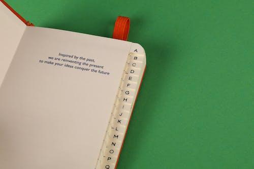 Δωρεάν στοκ φωτογραφιών με βιβλίο διευθύνσεων, καρτέλες αλφαβήτου, πράσινο φόντο