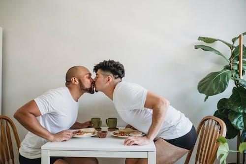 Бесплатное стоковое фото с copy space, афро-американец, белая футболка, близость
