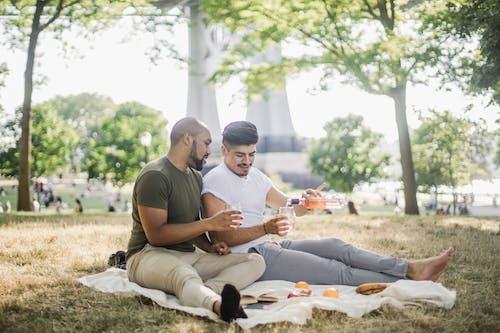 Kostenloses Stock Foto zu afroamerikanischer mann, barfuß, draußen, entspannung